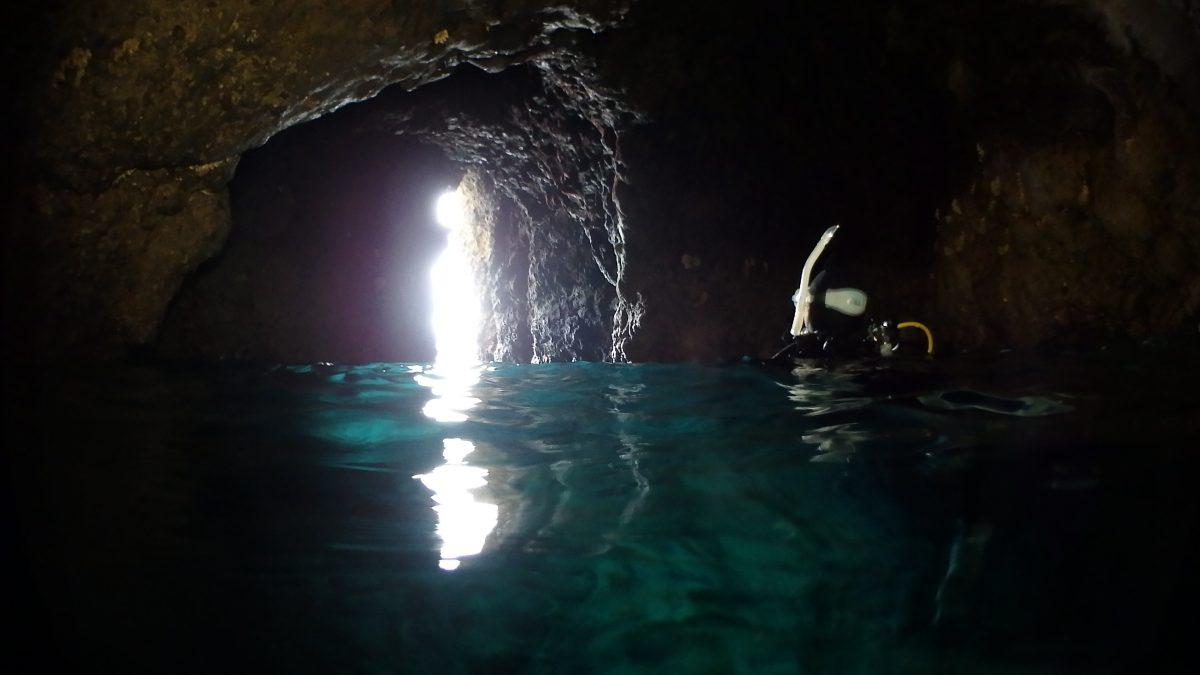 洞窟顔出す